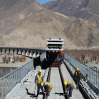 Tibetan railway joins key bridge on Yarlung Zangbo River